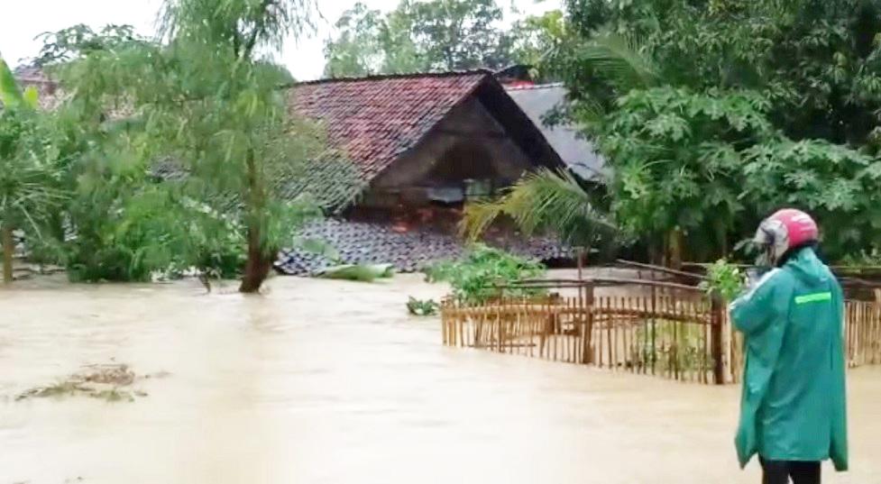Diguyur Hujan Hingga Petang, Pemukiman Warga Kecamatan Kota Rembang Terendam Banjir
