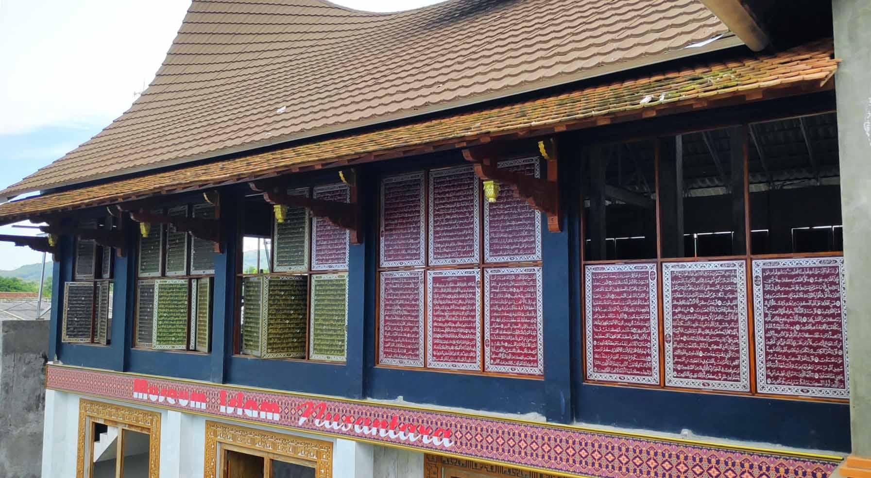 Unik, Museum Berbentuk Rumah Gadang Dengan Jendela Berukir Al Quran di Rembang