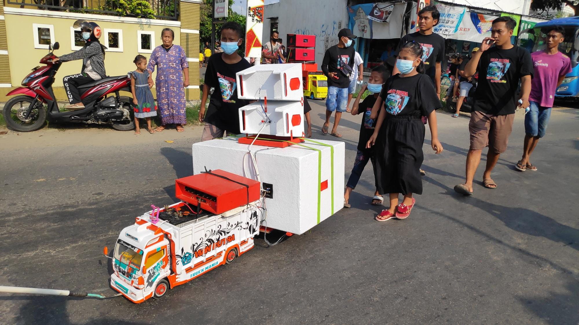 Mainan Truk di Rembang Didandani Layaknya Truk Pawai Karnaval