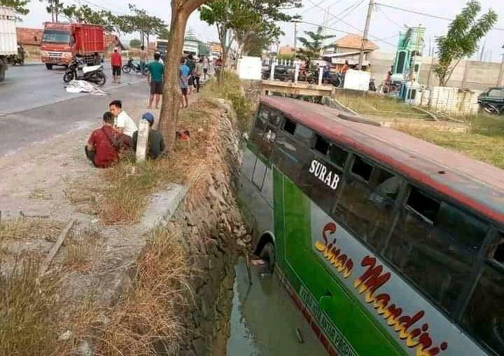 Tabrak Pesepeda di Rembang, Bus Sinar Mandiri Nyemplung Ke Selokan
