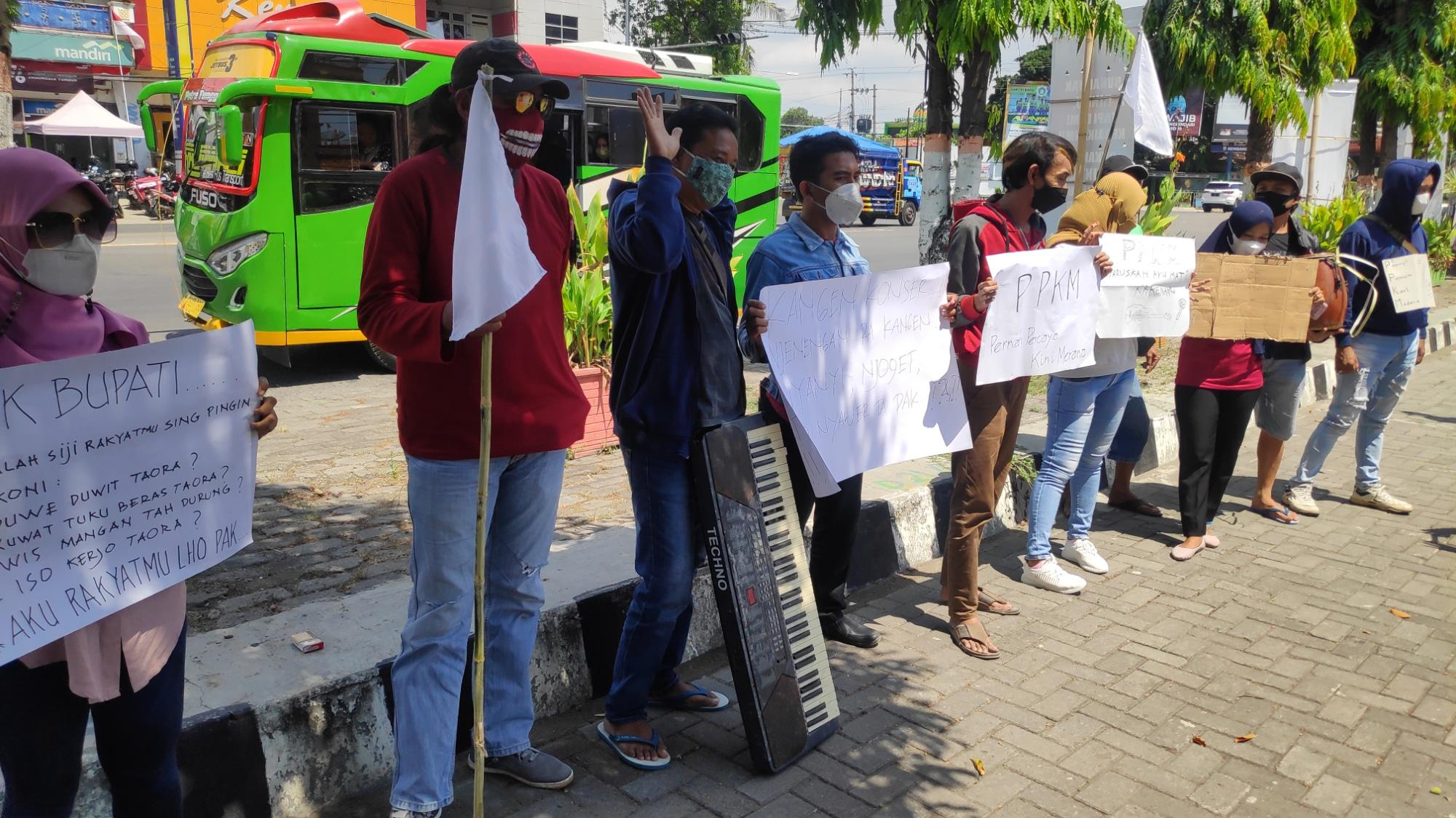 Pekerja Seni Rembang Lakukan Aksi Jalan Kaki 6 Kilometer